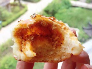肉松小面包,咬一口,满满的肉松,还有棉花糖淡淡的焦糖味,又松又软。
