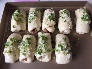 肉松小面包,撒葱花和白芝麻。