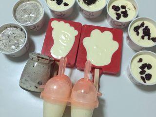 冰面包,多余的冰淇淋液放进磨具里,黑色的我放了奥利奥和蔓越梅,各种🍦🍦🍦。