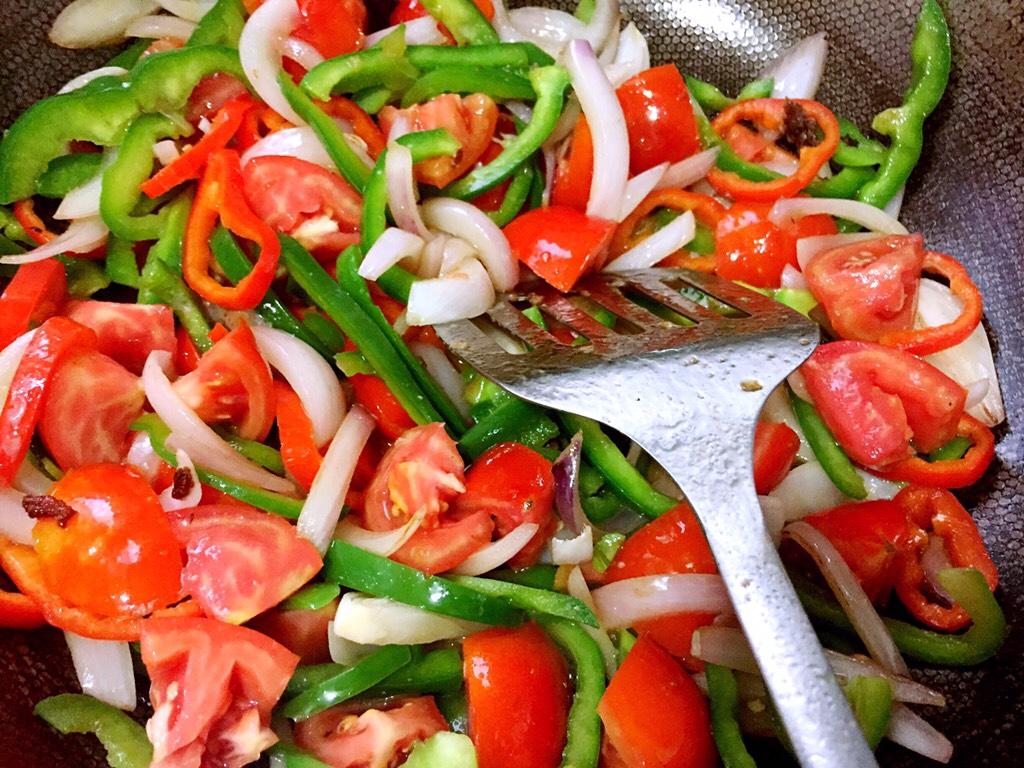 余油下洋葱,西红柿香味出排骨,下锡纸烤箱丝翻炒片刻.煸炒包红椒不用青椒图片