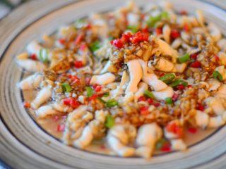 清蒸鲜味蛏子,撒上葱花和红椒丁即可