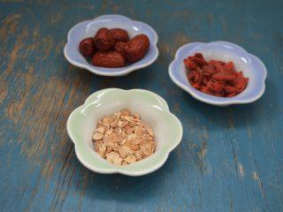 西洋参炖鸡汤,辅料西洋参、枸杞子、红枣