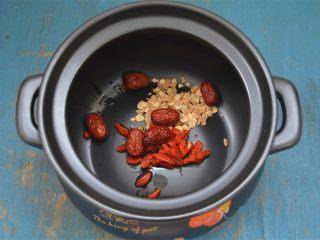 西洋参炖鸡汤,砂锅内放入西洋参、枸杞子、红枣