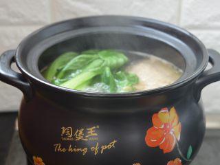 西洋参炖鸡汤,煮至鸡腿熟烂,放入油菜