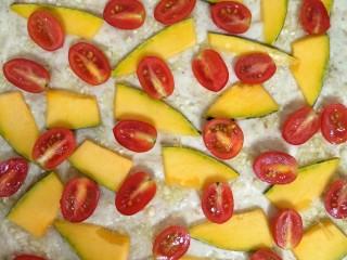 混合香草佛卡夏,均匀放上南瓜片和圣女果