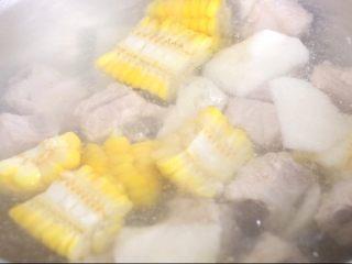 玉米山药排骨汤,排骨玉米山药下锅煮,小火煮30分钟左右即可,期间要注意观察,防止水份烧干,尽量一次性将水加够,这样汤汁会很浓郁味美。