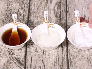 玉米山药排骨汤,煮至20分钟左右时加调味料,先加盐味精,最后加料酒。
