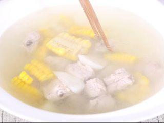 玉米山药排骨汤,调整一下准备吃饭,记住好看的摆盘可以增加食欲呦!