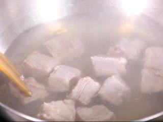 玉米山药排骨汤,排骨洗净后沸水,有效去除排骨内的杂质,并起到去腥的作用,也可以略加少许盐,提前入味杀菌。