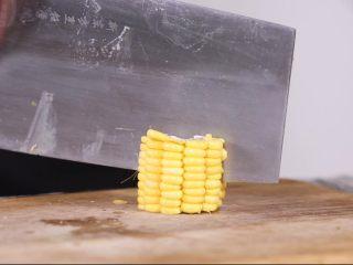 玉米山药排骨汤,首先是玉米切两半,这样可以使玉米更容易熟,也有利于玉米中营养成分融入到汤汁中。