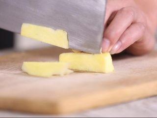 玉米山药排骨汤,姜切片,起到调味去腥的作用,夏季食用姜还可以有效的预防感冒。