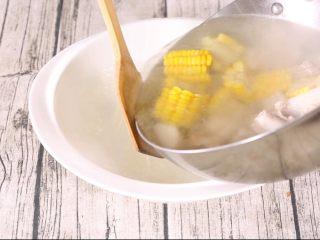 玉米山药排骨汤,烧煮完成后,盛出。放到稍大的汤碗中,整个菜品的制作流程就是这些,比较简单。