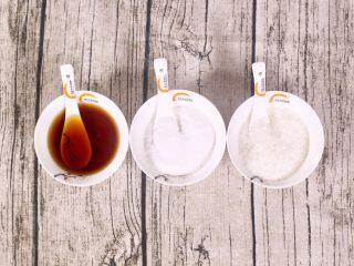 玉米山药排骨汤,首先准备好调味料,夏季讲究清淡,所以准备了料酒去腥,适量的盐味精进行调味。
