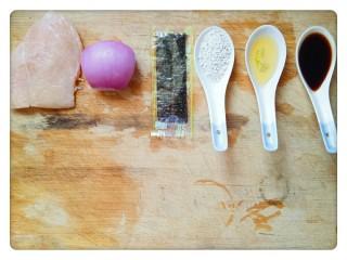 元气海苔鸡肉饼💪,准备一小块鸡胸肉,四分之一个洋葱,一小包海苔,一勺淀粉,半勺蜂蜜和一勺生抽