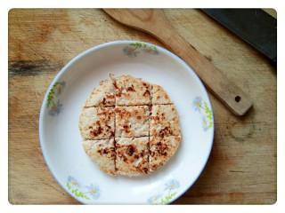 元气海苔鸡肉饼💪,煎好的鸡肉饼放回盘子里,用刀切成小块(香气钻到鼻子里了)