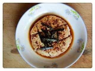 元气海苔鸡肉饼💪,煮好的料汁浇到鸡肉饼上,再撒上一些海苔丝做装饰,元气海苔鸡肉饼就完成啦!
