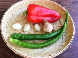 爆炒猪肝,准备青椒,红辣椒,大蒜3瓣,姜块