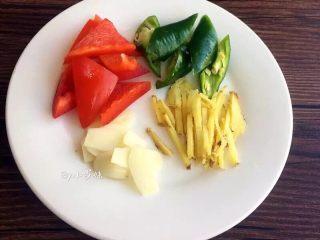 爆炒猪肝,青椒、红椒切块,蒜切片,姜切丝。