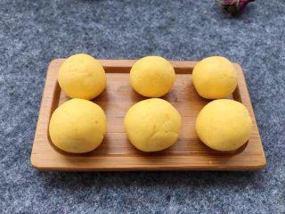 紫薯南瓜椰蓉球,南瓜面团同样搓成长条,用刀切小块,再搓成大小一致的小圆球。