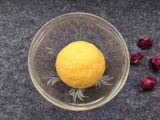 紫薯南瓜椰蓉球,南瓜与糯米粉拌均揉成面团后放置备用。