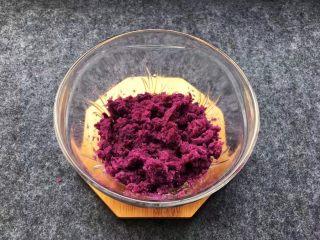 紫薯南瓜椰蓉球,紫薯同样用勺子捣成泥。