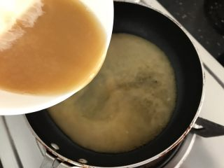 玉子凤尾虾球,倒进热锅里搅成芡汁