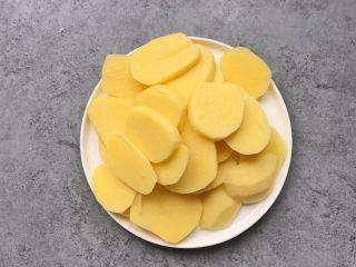 凤尾虾球,土豆切片,上锅蒸20分钟左右熟透为止