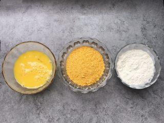 凤尾虾球,提前准备好:两个鸡蛋打散、面包糠55g、面粉55g