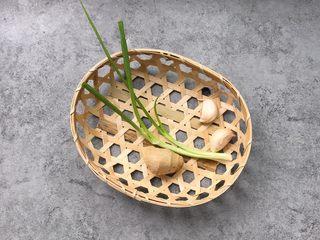 凤尾虾球,辅料:葱一根、蒜瓣2个、姜