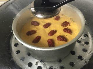 南瓜发糕,放锅中盖上盖子发酵