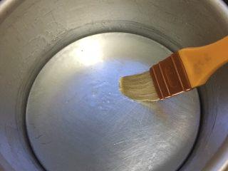 南瓜发糕,六寸蛋糕模刷上食用油