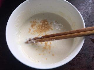 大阪烧,面粉里加点盐、鸡精和清水拌匀成厚面糊