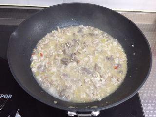 酸汤肥牛,撒盐,搅匀