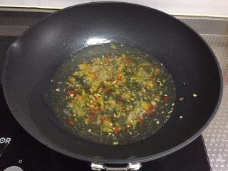 酸汤肥牛,加入一大碗开水