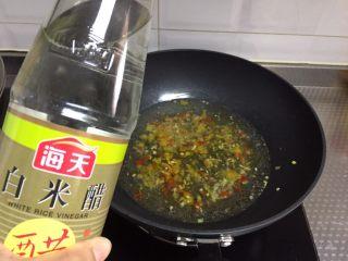 酸汤肥牛,接着倒入稍多米醋