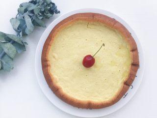 电饭煲蒸蛋糕,蒸好的蛋糕稍微晾凉后脱模