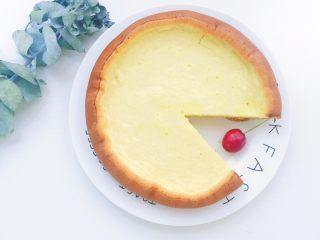 电饭煲蒸蛋糕,满屋子的蛋糕香味 忍不住先切了一块尝鲜 (宝宝食用的话可以切成小丁或者直接手抓着啃哈哈)