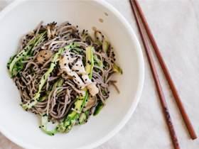芝麻梅子蔬菜渍配荞麦冷面