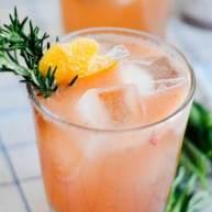 葡萄柚波本雞尾酒配羅勒糖漿