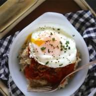 红眼肉汁燕麦粥配炒蛋和西班牙辣香肠