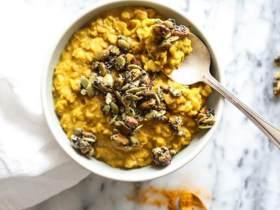 黄金奶燕麦配南瓜子果仁碎