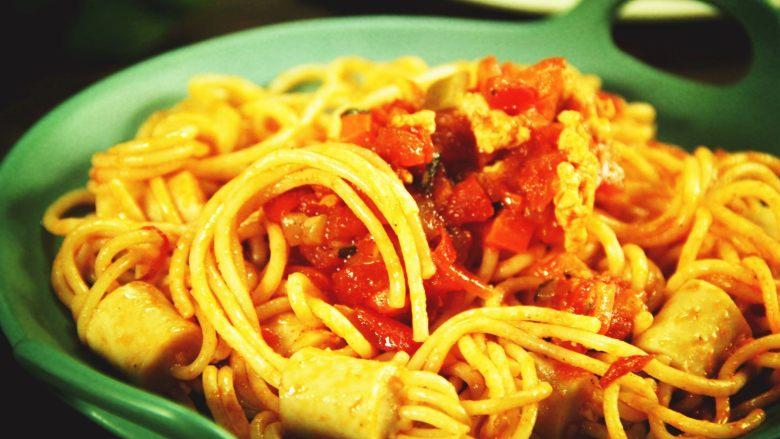 创意十足的蔬菜茄汁香肠意面