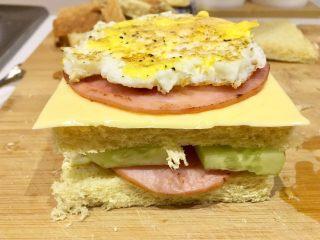 快手早餐 I 吐司三明治(简易版),好了,一层夹一层夹好食物,每一个夹层 倒了沙拉酱,我爱吃!根据自己喜好来
