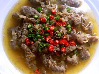 酸汤肥牛,热锅烧点热油浇到青红椒上