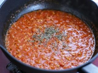 番茄肉酱意面,待酱汁粘稠后撒罗勒碎关火即可