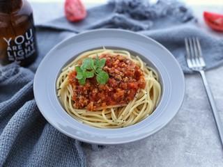 番茄肉酱意面,将煮好的意大利面捞出沥干水分装入盘中,再放上番茄肉酱就可以美美的享用啦!
