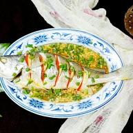 披红戴绿的蒜香红辣椒蒸黄鱼