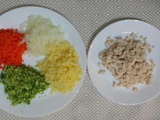 辅食:鸡肉蔬菜粥,鸡肉煮五分后,也切成碎块。
