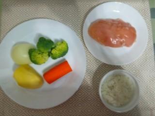 辅食:鸡肉蔬菜粥,先准备好所需材料。