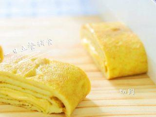 咖喱蛋卷 宝宝辅食,鸡蛋+奶酪+淀粉,切切切段。